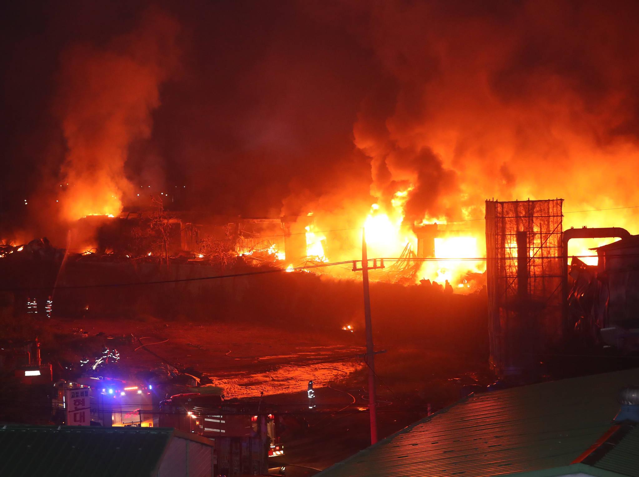 17일 새벽 화재가 발생한 인천시 서구 오류동 검단5도시 개발사업구역의 한 합성수지 제조 공장에서 불길이 치솟고 있다 있다. [연합뉴스]