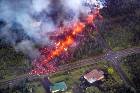 지난 5월 분화한 미국 하와이 제도 빅아일랜드의 동쪽 킬라우에아 화산에서 용암이 흘러나오고 있다. [EPA=연합뉴스]