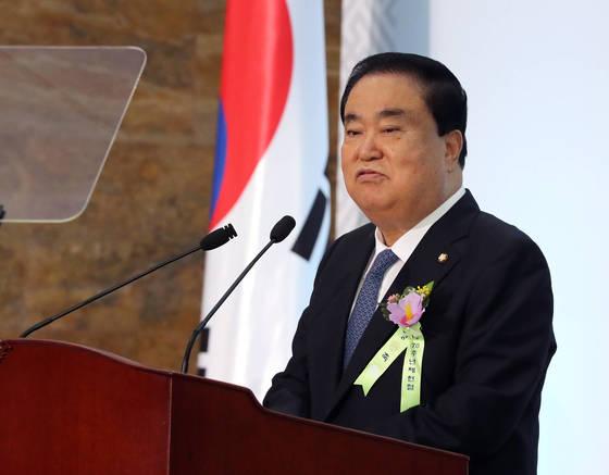 문희상 국회의장이 17일 국회 로텐더홀에서 열린 제70주년 제헌절 경축식에서 축사하고 있다. [사진 연합뉴스]