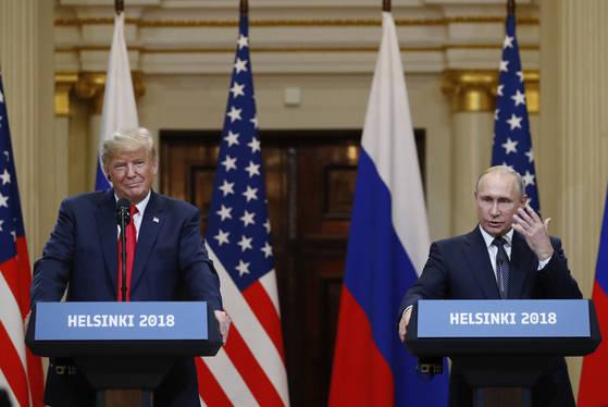 도널드 트럼프 미국 대통령이 16일 핀란드 헬싱키에서 블라디미르 푸틴 러시아 대통령과 정상회담이후 공동 기자회견을 하고 있다.[AP=연합뉴스]