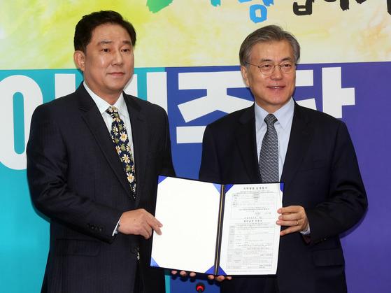 2016년 1월 문재인 당시 더불어민주당 대표가 김병기 전 국가정보원 인사처장을 영입한 뒤 기자회견을 하던 모습. [중앙포토]