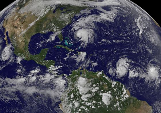 미항공우주국(NASA)와 미국립해양대기국(NOAA)에 따르면 2017년은 기상관측 사상 두 번째로 더운 해로 꼽혔다. 이로 인해 발생한 허리케인 등 기상악화로 약 6조7700억의 피해가 발생했다. 사진은 열대지방에서 발생해 미국으로 향하는 허리케인의 모습 [AP=연합뉴스]