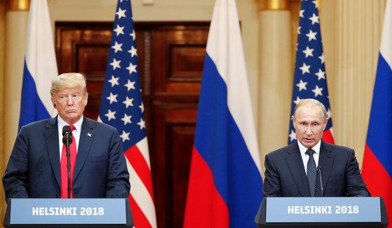 """도널드 트럼프 미국 대통령과 블라디미르 푸틴 대통령이 16일 핀란드 헬싱키에서 정상회담 뒤 공동 회견을 하고 있다. 트럼프 대통령은 """"푸틴 대통령과 러시아의 미 대선 개입에 대해 많은 얘기를 나눴으며, 푸틴 대통령은 극도로 강력하게 대선 개입은 없었다고 강조했다""""고 말했다.[로이터=연합뉴스]"""