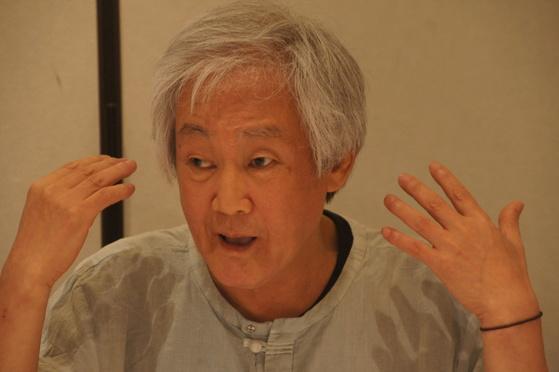 구한말 풍속화를 그린 다섯 권짜리 소설 『국수』를 27년 만에 탈고한 소설가 김성동. [사진 솔출판사]