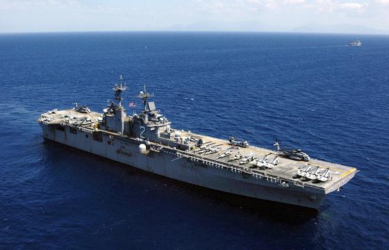 미국 해군의 상륙강습함인 에식스함(LHD 2). 이 함의 비행갑판에서 스텔스 전투기인 F-35B가 뜨고 내릴 수 있다. 에식스함이 '미니항모'로 불리는 이유다. [미 해군]
