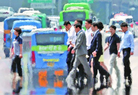 전국 대부분 지역에 폭염특보가 내려진 16일 오후 서울 여의대로에 지열로 인한 아지랑이가 피어오르고 있다. [뉴스1]