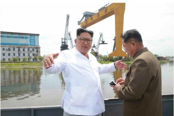 김정은 북한 국무위원장이 함경북도 청진조선소를 시찰했다고 노동당 기관지 노동신문이 17일 보도했다. (노동신문) 2018.7.17/뉴스1