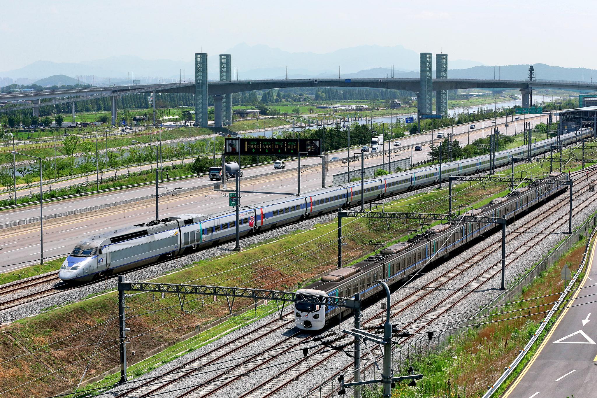 인천공항을 향해 달리고 있는 KTX. 오른쪽은 공항철도와 연결되는 인천지하철이다. [중앙포토]