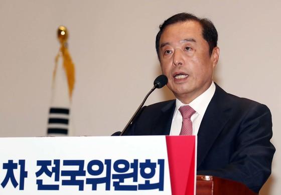 자유한국당은 17일 오전 국회에서 전국위원회를 열고 김병준 국민대 명예교수를 당 혁신비대위원장으로 선출했다. 변선구 기자