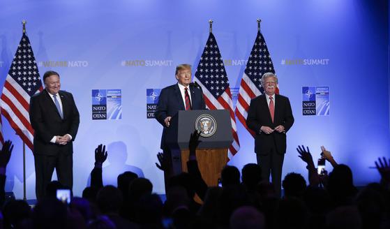나토 정상회의 후 열린 기자회견에 도널드 트럼프 대통령(가운데)과 함께 등장한 마이크 폼페이오 미 국무장관(왼쪽) [신화통신=연합뉴스]