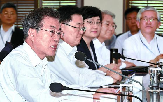 문재인 대통령은 16일 오후 청와대에서 열린 수석·보좌관회의에 참석해 '최저임금 시급 1만원' 공약을 지키지 못한 것에 대해 사과했다. [김상선 기자]