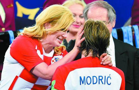 키타로비치 크로아티아 대통령(왼쪽)이 시상식에서 미드필더 모드리치를 격려하고 있다. [AP=연합뉴스]