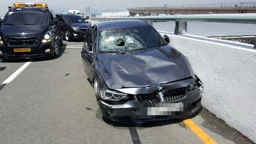 131km로 달리다가 사고를 낸 BMW 차량. [부산 강서경찰서 제공=연합뉴스]
