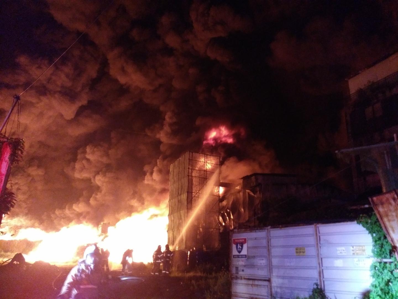 화재가 발생한 인천시 서구 오류동의 한 합성수지 공장에서 17일 새벽 불길이 치솟고 있다. [사진 인천소방본부]