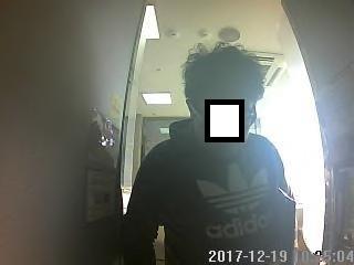 신종 체크카드 사기 주동자 최모씨가 현금 인출을 위해 ATM 이용 중 포착된 사진. [사진 서울지방경찰청 외사과]