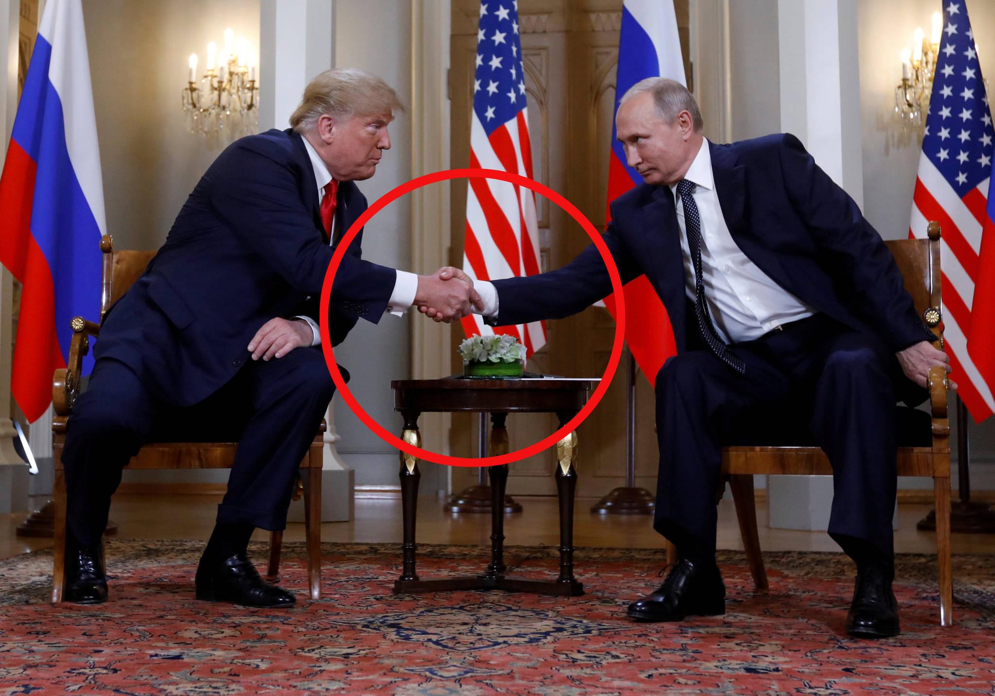 16일 오후 2시(한국시간 오후 8시) 도널드 트럼프 미국 대통령이 블라디미르 푸틴 러시아 대통령과 역사적인 첫 정상회담을 했다. 정상회담은 핀란드 수도인 헬싱키의 대통령궁에서 열렸다. 이날 푸틴의 손은 트럼프 쪽으로 끌려가지 않았다.[로이터=연합뉴스]