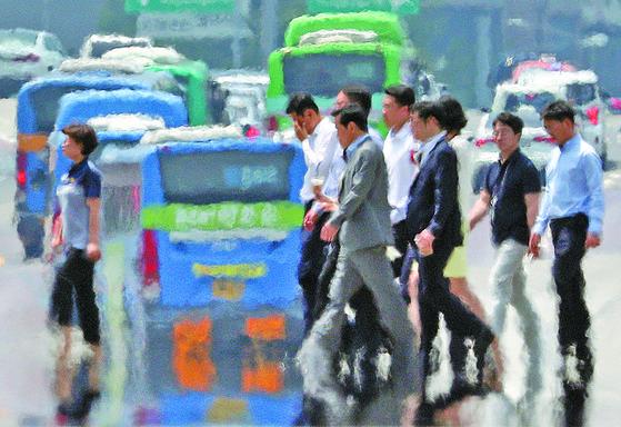 전국에 폭염특보가 내려진 16일 오후 서울 도심에 지열로 아지랑이가 피어오르고 있다. 이번 폭염의 원인은 티베트 고기압이 북태평양 고기압의 세력 강화를 도왔기 때문이라고 기상청은 설명했다. [뉴스1]