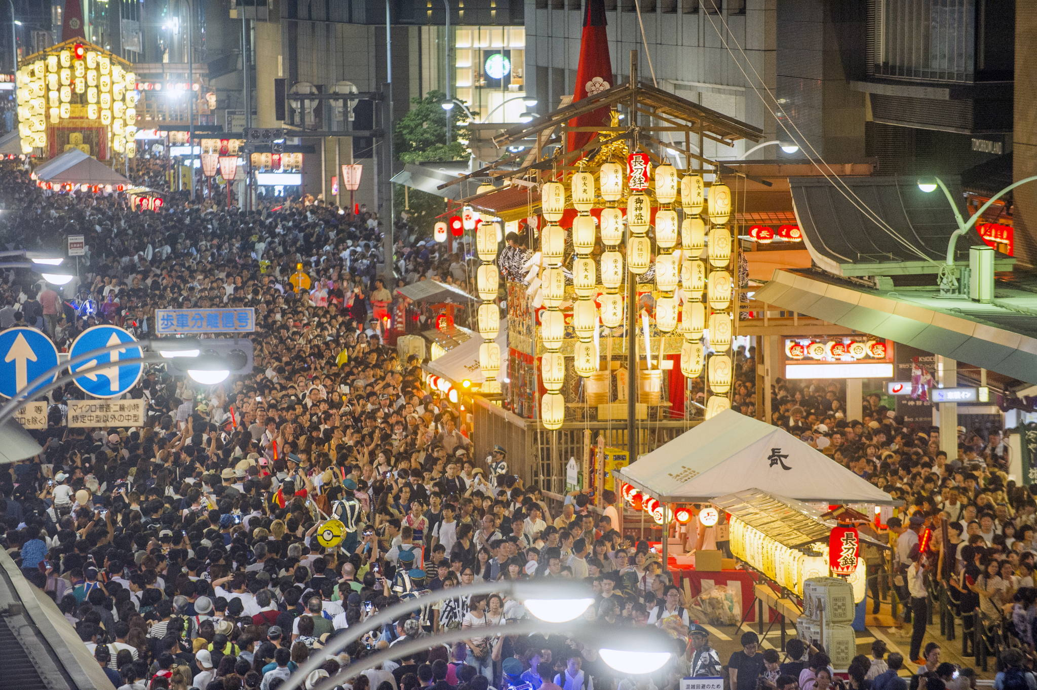 일본 3대 축제로 꼽히는 '기온 마쓰리'가 교토에서 열렸다. 시민들과 관광객들이 지난 15일 축제의 메인 이벤트 격인 야마보코 순행의 전야제인 '요이야마'를 즐기고 있다. 현지 언론에 따르면 해마다 100만명 이상의 관광객들이 이 축제를 즐긴다. [EPA=연합뉴스]