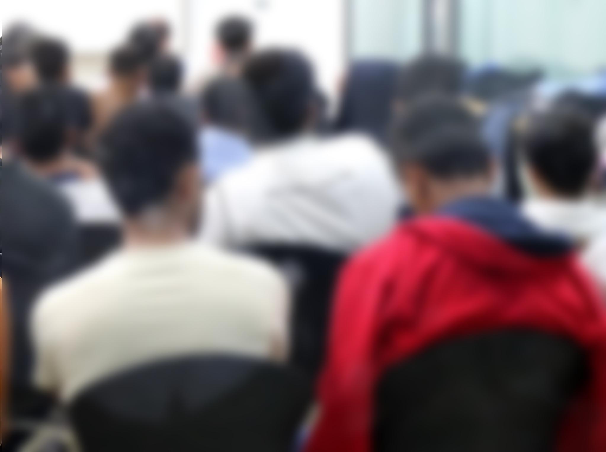 예멘 난민 신청자들이 29일 제주시 제주이주민센터에서 국가인권위원회의 인권상담을 위해 대기하고 있다. [뉴스1]