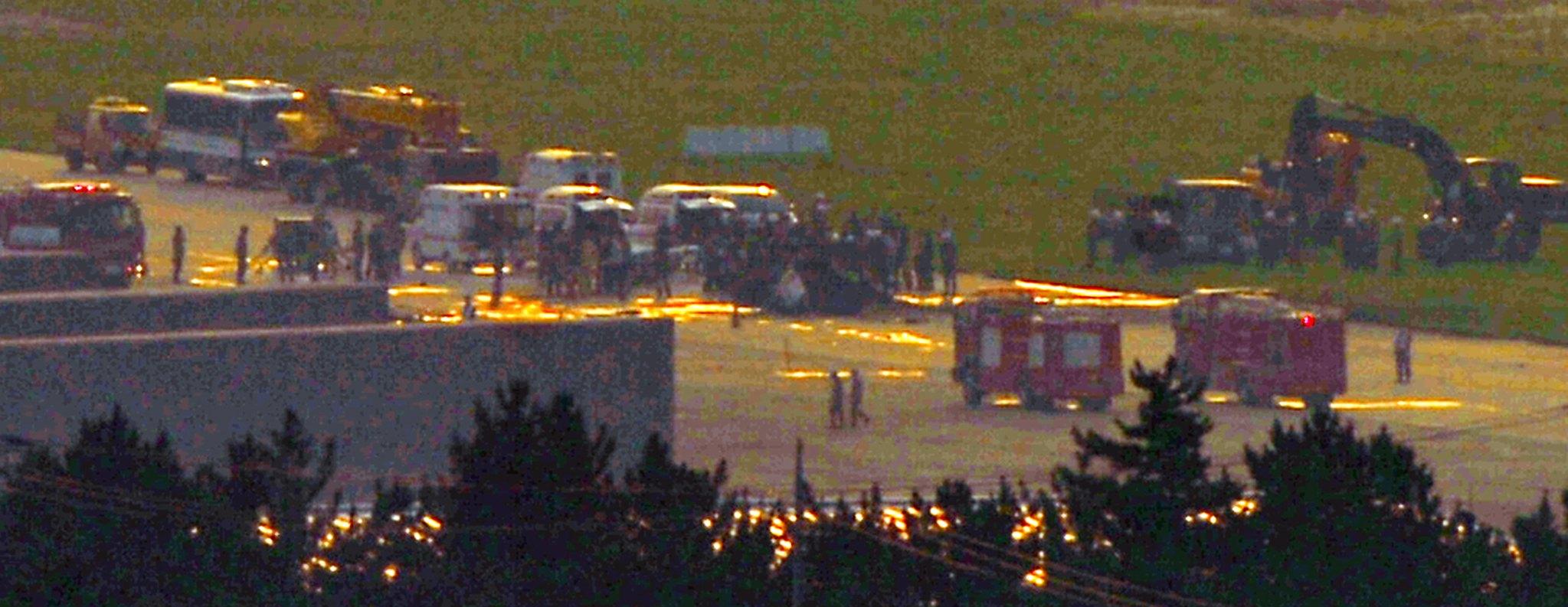 17일 해병대 상륙기동헬기 마린온이 경북 포항 해군 6항공전단 부대내에 추락했다. 군 관계자와 소방대원들이 사고 현장을 수습하고 있다. 사고 헬기는 정비 후 시험비행 중이었던 것으로 알려졌으며 추락 직후 화재가 발생했다.사고로 탑승자 6명중 5명이 사망하고 1명은 부상했다.[뉴스1]