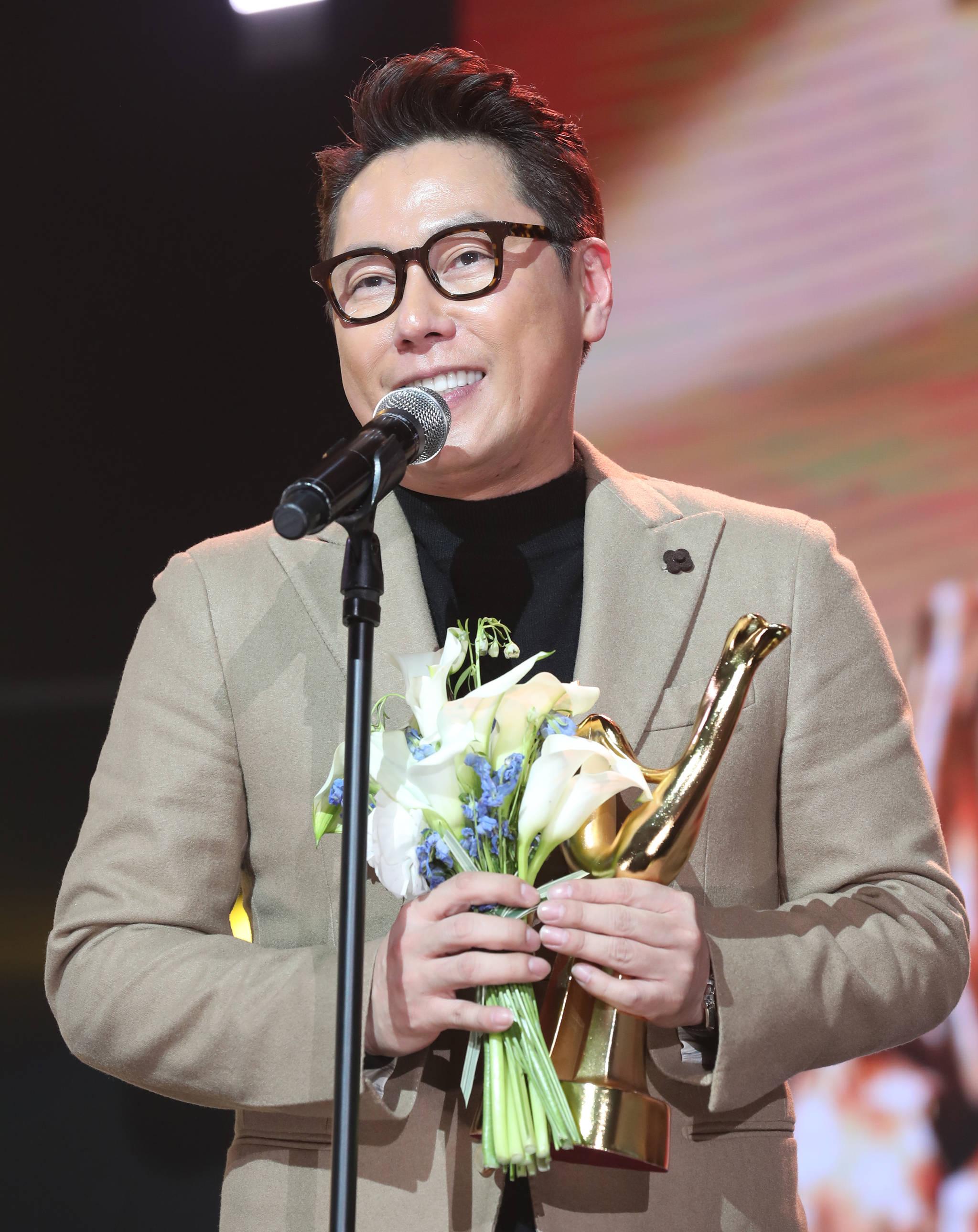 가수 윤종신이 지난 1월 10일 제32회 골든디스크 음원 부문에서 첫 본상을 수상했다.[중앙포토]
