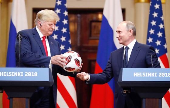 푸틴 러시아 대통령(오른쪽)이 16일 핀란드 대통령궁에서 트럼프 미국 대통령에게 러시아 월드컵 공인구 '텔스타 18'을 선물하고 있다. [AP=연합뉴스]
