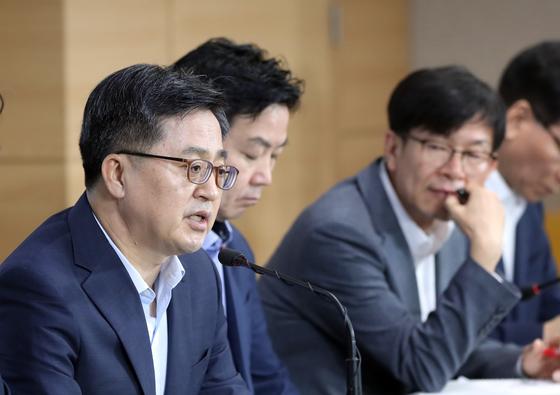 올해 하반기 경제정책방향에 대한 관계장관회의 합동브리핑이 18일 오전 정부서울청사에서 열렸다. 김동연 부총리가 발언하고 있다.