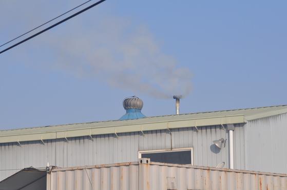 김포 지역의 한 업체에서 대기오염 물질을 배출하고 있다. [사진 환경정의]