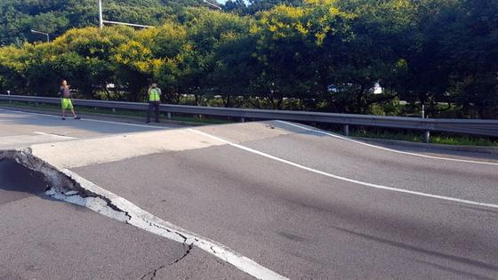 16일 오후 경기도 안산시 상록구 서해안고속도로 서울방면 순산터널 부근에서 폭염에 의한 것으로 추정되는 균열이 발생, 도로가 30㎝ 이상 솟아올랐다. [연합뉴스]