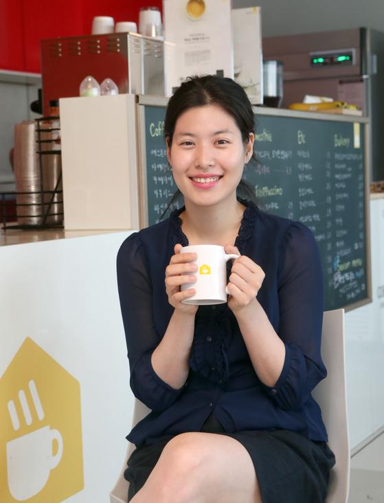 """김희수 커피지아 대표. """"실무능력을 갖춘 발달장애인 바리스타를 양성해 이들의 취업을 돕는 것이 커피지아의 '소셜 미션'""""이라고 말한다. 최정동 기자"""