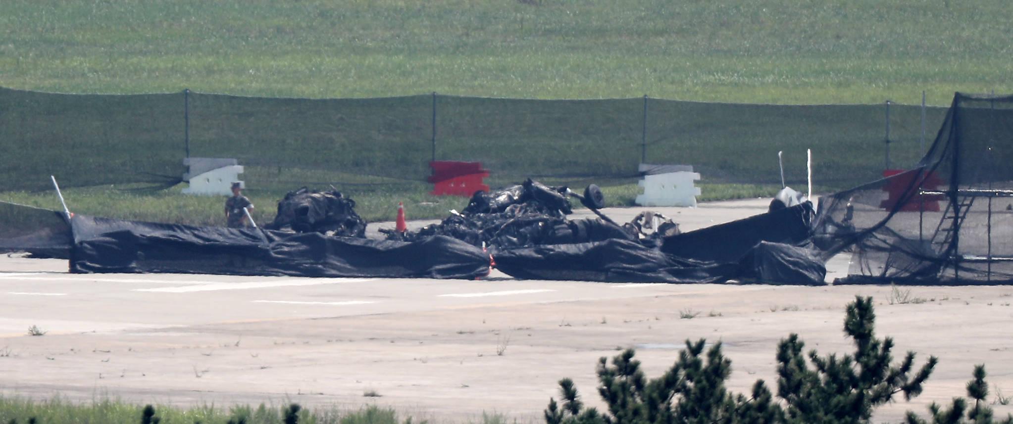 상륙기동헬기(MUH-1) 1대가 추락해 승무원 6명 가운데 5명이 숨지고 1명이 부상한 경북 포항시 남구 포항 비행장 활주로에 18일 오전 헬기 파편이 남겨져 있다. [연합뉴스]