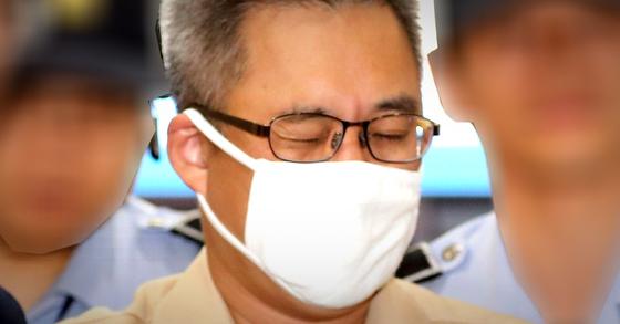 댓글조작 의혹 관련 혐의를 받고 있는 '드루킹' 김모씨가 7일 오전 대면조사를 위해 서울 강남구 드루킹 특검 사무실로 소환되고 있다. [뉴스1]