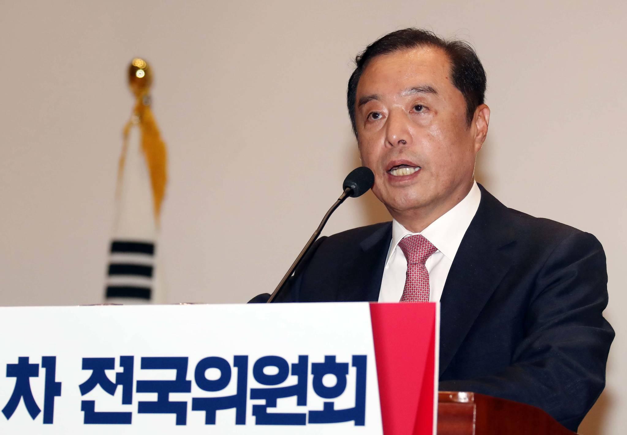 자유한국당은 17일 오전 국회 의원회관에서 전국위원회를 열고 김병준 국민대 명예교수를 당 혁신비대위원장으로 선출했다. 변선구 기자