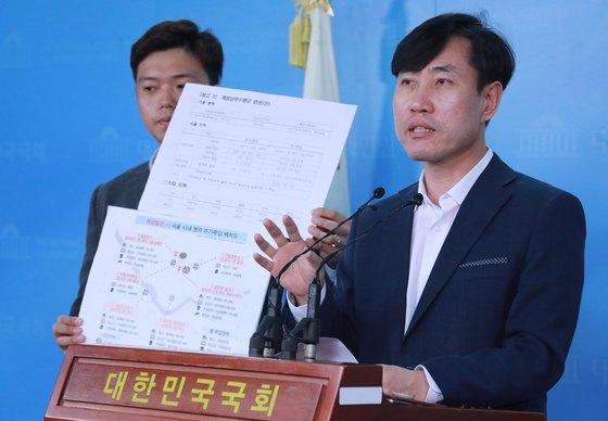 하태경 바른미래당 의원이 16일 오후 서울 여의도 국회 정론관에서 기자회견을 열고 군인권센터가 본인들이 공개한 문건에도 없는 쿠데타 괴담을 유포하고 있으며 이를 즉각 중지하고 사과할 것을 촉구하고 있다. [뉴스1]