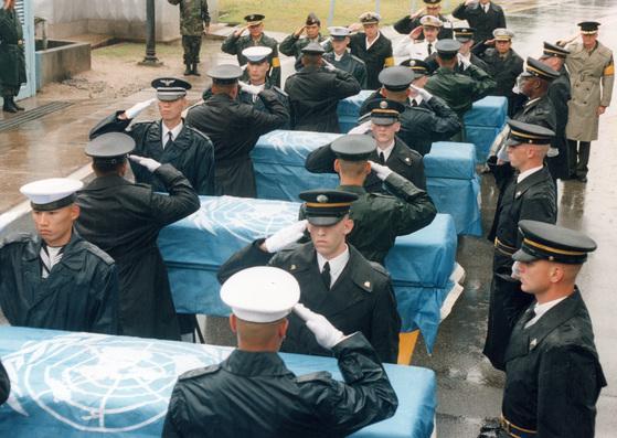 한국전쟁 중 북한에서 실종된 미군 유해가 지난 2007년 4월 4일 판문점을 통해 미국 측에 인도되는 모습. [중앙포토]