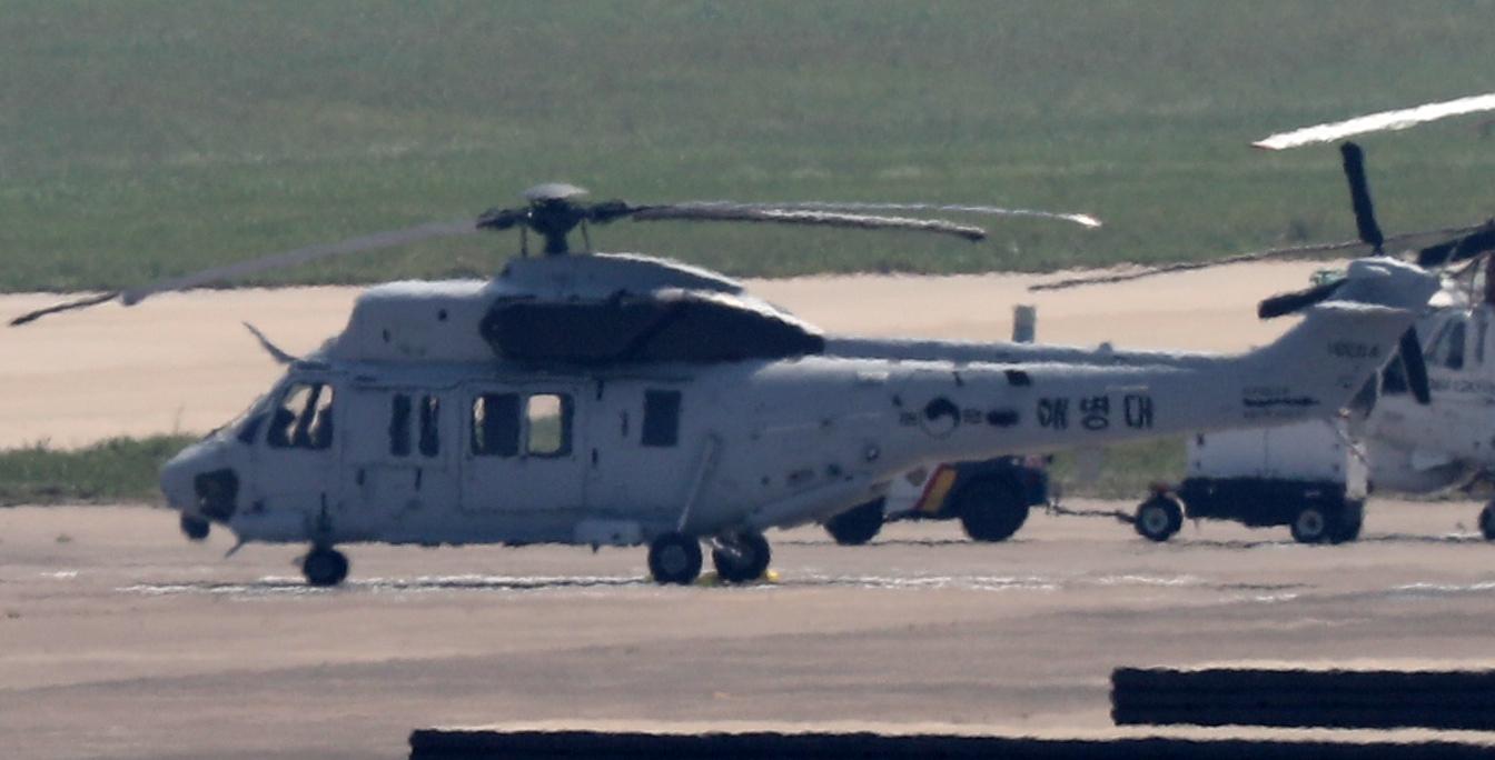 18일 오전 경북 포항시 남구 포항 비행장에 상륙기동헬기(MUH-1) 마린온이 계류해 있다. 지난 17일 이곳에서 상륙기동헬기(MUH-1) 1대가 추락해 승무원 6명 가운데 5명이 숨지고 1명이 부상했다. [연합뉴스]