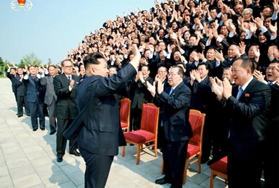 김정은 북한 국무위원장이 지난 2015년 대사회의에 참석한 관계자들과 기념촬영을 한 뒤 손을 흔들고 있다.[사진=조선중앙TV 캡처]