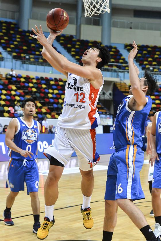 전자랜드 정효근(가운데)이 18일 필리핀 NLEX 로드 워리어스와 서머슈퍼8 2차전에서 팀의 2연승을 이끌었다. [사진 KBL]