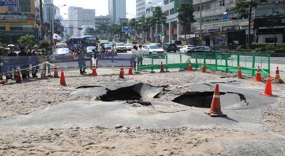 17일 오후 서울 중구 퇴계로 2가에서 4가 방향 서울 지하철 3·4호선 충무로역 부근 도로가 수도관 파열로 침하되어 있다. [뉴스1]
