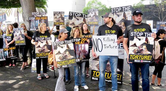 동물보호단체 Last Chance for Animals-LCA는 초복인 17일 오전 LA 한국 총영사관 앞에서 개 사진과 구호가 든 배너와 피켓을 들고 시위를 열었다. [L.A(미국)=뉴시스]