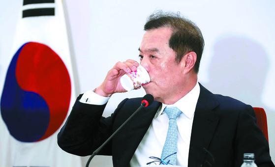김병준 자유한국당 비상대책위원장이 18일 국회에서 열린 기자간담회에서 물을 마시고 있다. 김 위원장은 자신이 전당대회에 나가는 일은 없을 것이며 비대위 활동은 올해는 넘겨야 한다고 말했다. [변선구 기자]