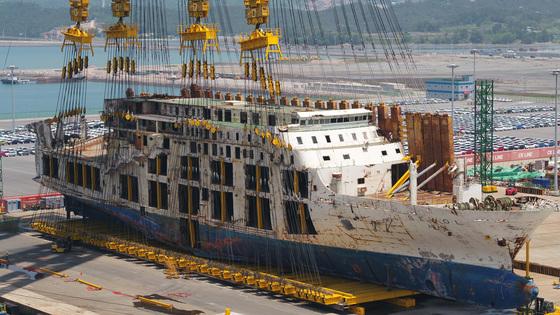 지난 5월 10일 전남 목포시 목포신항에서 세월호가 완전 직립에 성공, 참사 4년여 만에 바로 세워졌다. [연합뉴스]