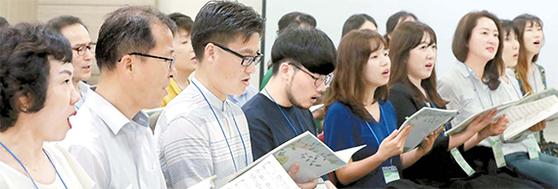 7월 12일 서울 무교동 초록우산 어린이재단 사무실에서 후원자로 구성된 '함께 그린 합창단' 단원들이 해바라기의 노래 '행복을 주는 사람'을 연습하고 있다. '함께 그린 합창단'은 함께 나눔을 그려가는 후원자 모임이라는 뜻으로 단원들이 직접 지었다. [최승식 기자]