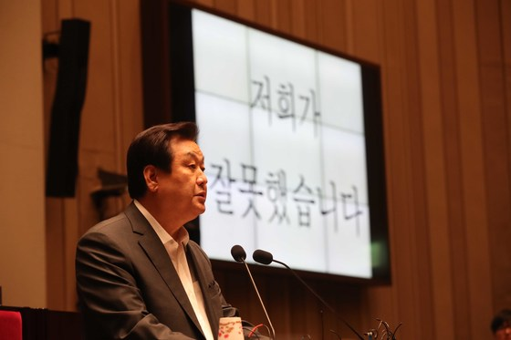 자유한국당이 15일 오후 국회에서 비상의원총회를 열었다. 김무성 의원이 자유발언으로 나와 다음 총선 불출마 선언을 하고 있다.
