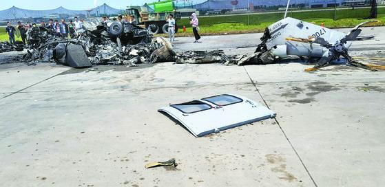 시험비행 도중 추락해 5명의 인명피해를 낸 해병대 상륙기동헬기 '마린온'의 잔해가 18일 경북 포항시 남구 비행장 활주로에 흩어져 있다. [사진 유족]