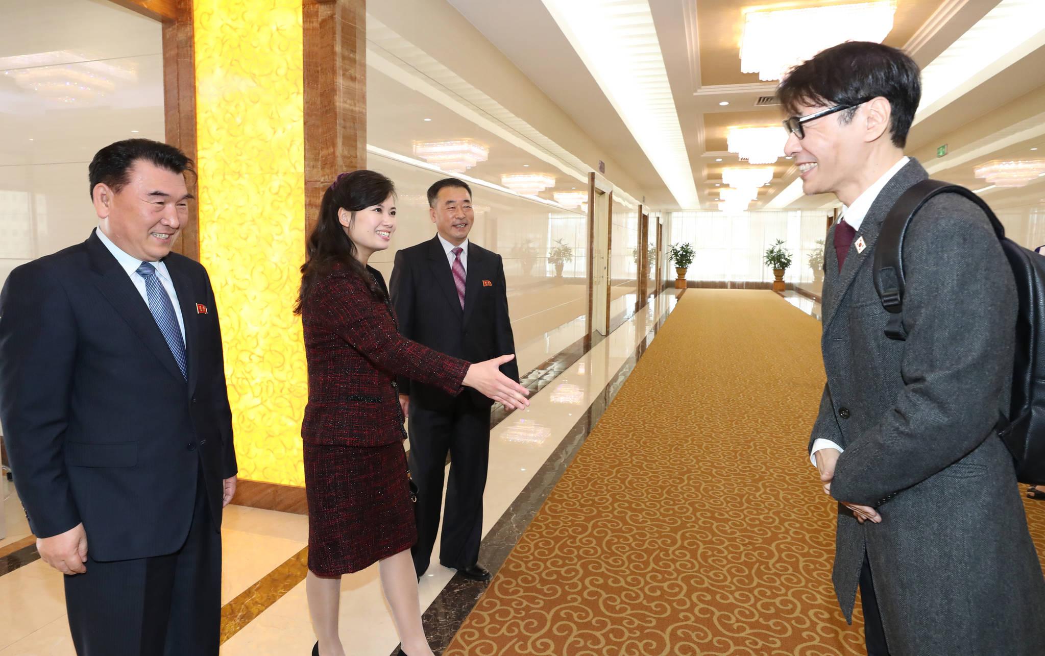 현송월 삼지연 관혁안단 단장(왼쪽 두 번째)의 환영을 받고 있는 작곡가 윤상. [사진공동취재단]