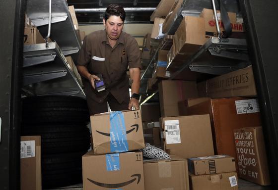 미국의 우체국 격인 UPS 직원이 아마존 프라임데이 행사를 맞아 주문된 제품을 정리하고 있다. [AP=연합뉴스]