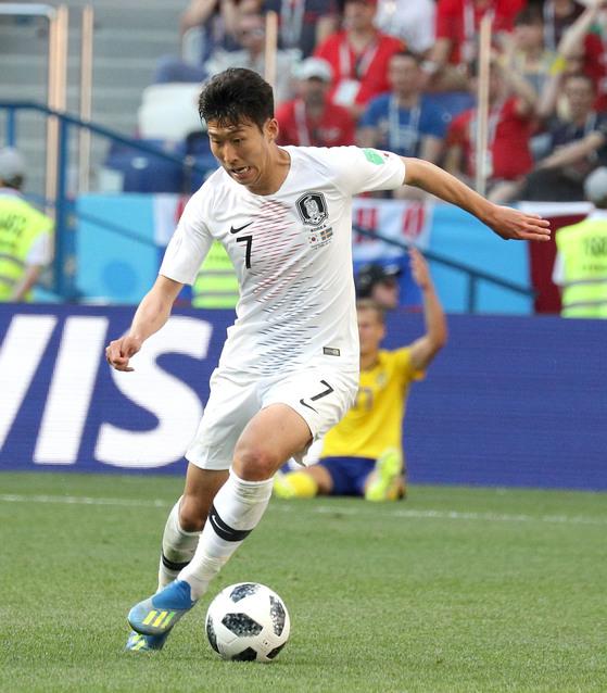 한국축구 에이스는 손흥민이다. 그러나 손흥민 한사람에게 의존해선 월드컵 본선에서 좋은 성적을 기대하기는 어렵다. 지난달 18일 러시아 월드컵 스웨덴전에서 드리블을 하는 손흥민. 임현동 기자
