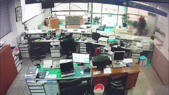 16일 낮 12시20분쯤 경북 영주시에 있는 새마을금고에 강도가 침입해 근무 중이던 새마을 금고 직원과 몸 싸움을 하는모습이 금고 내부에 설치된 CCTV에 촬영됐다. 범인은 금고 직원을 흉기로 위협한 후 금고쪽으로 끌고가 현금 4300만원을 훔쳐 달아났다.(경북경찰청 제공) [뉴스1]