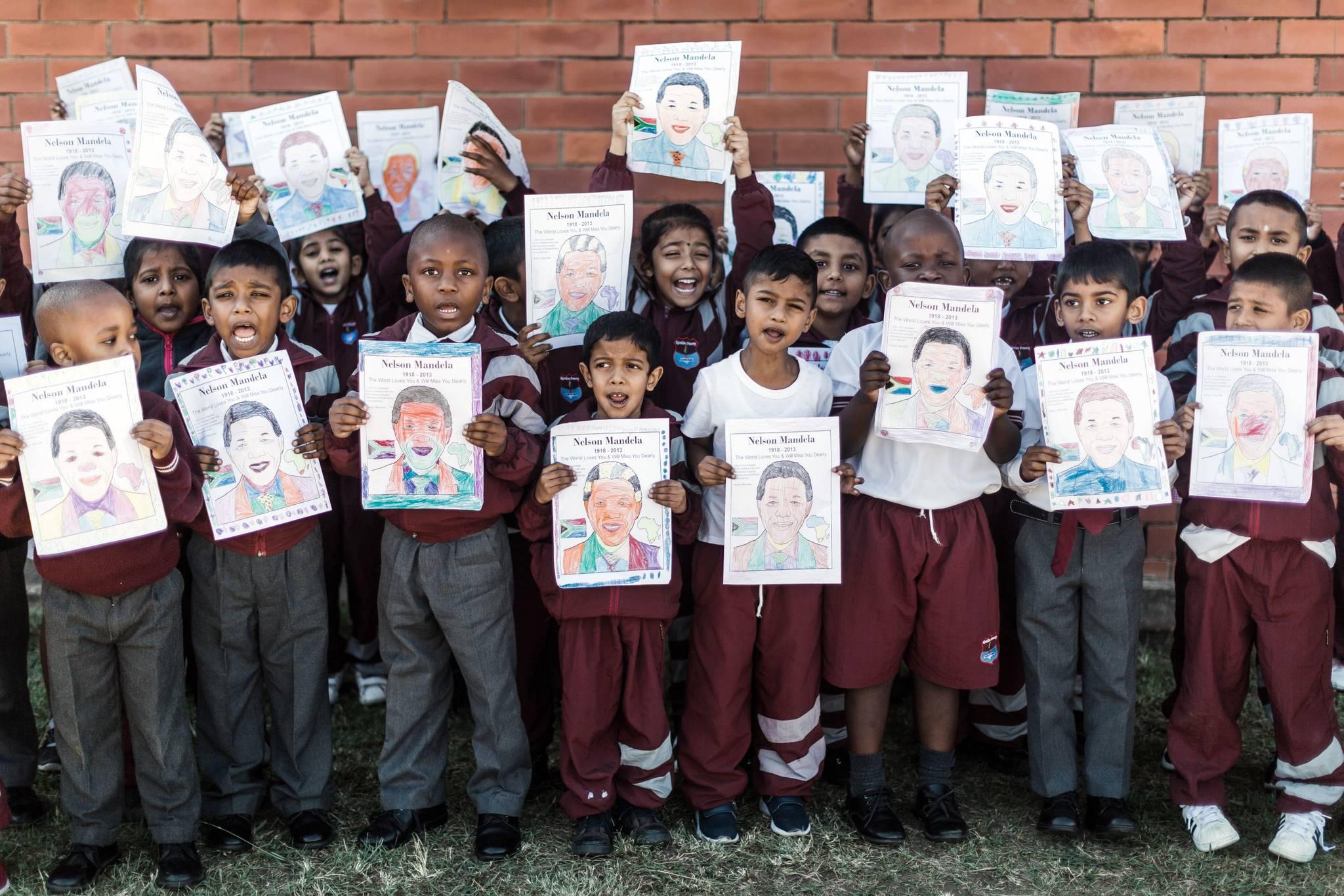남아공 노던 프라이메리 어린이들이 18일(현지시간) 넬슨 만델라 초상화를 들고 생일축하곡을 부르고 있다. [AFP=연합뉴스]